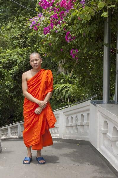 Mönch auf den Stufen zum Chedi auf dem Golden Mount