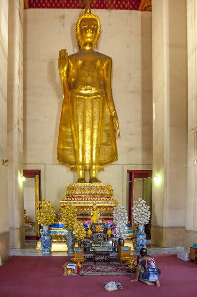 Phra Attharat - stehende Buddha-Statue im Wat Saket in Bangkok