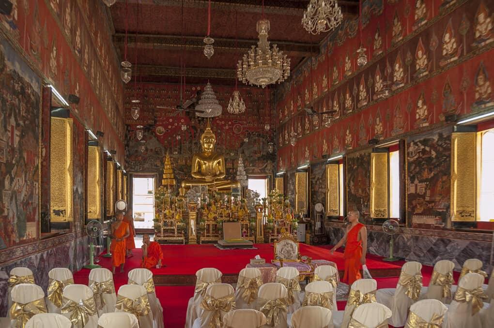 Blick in den Ubosot des Wat Saket in Bangkok
