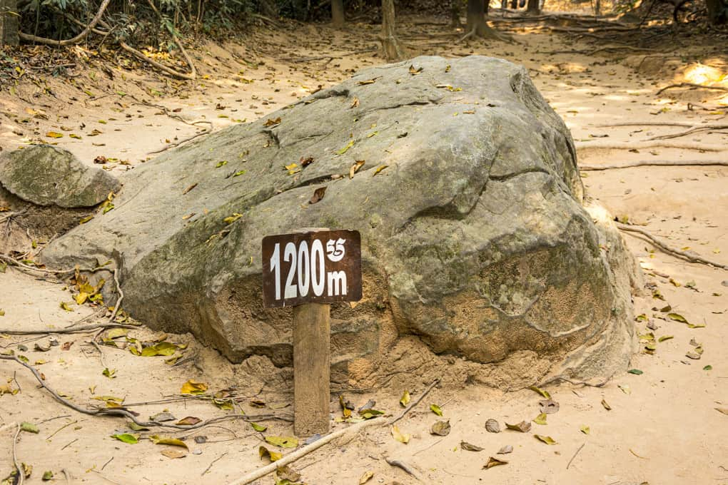 Hinweisschild auf 1200 Meter bis zum Kbal Spean