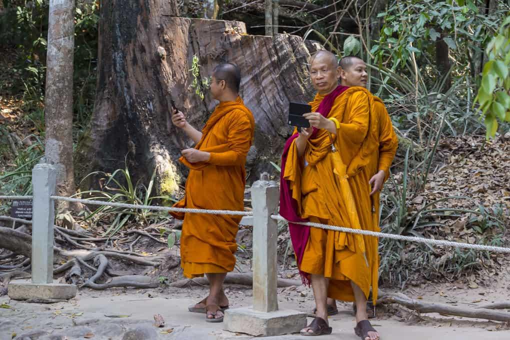 Mönche die Kbal Spean besuchen