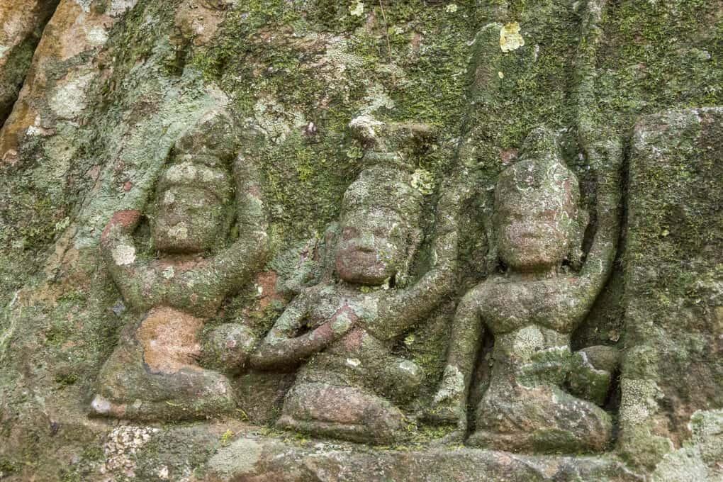 Relief der drei badenden Gottheiten im Fluß - Kunst der Khmer
