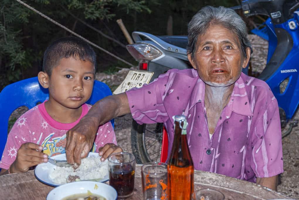 Kind mit Großvater im Isaan