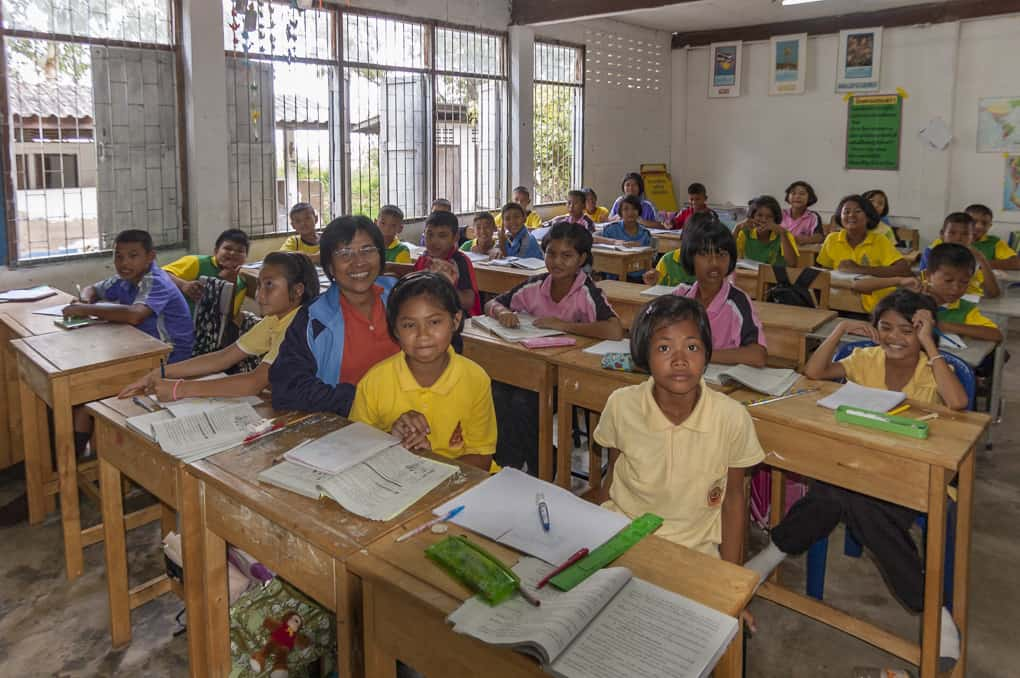 thailändische Lehrerin mit den Schülern im Isaan