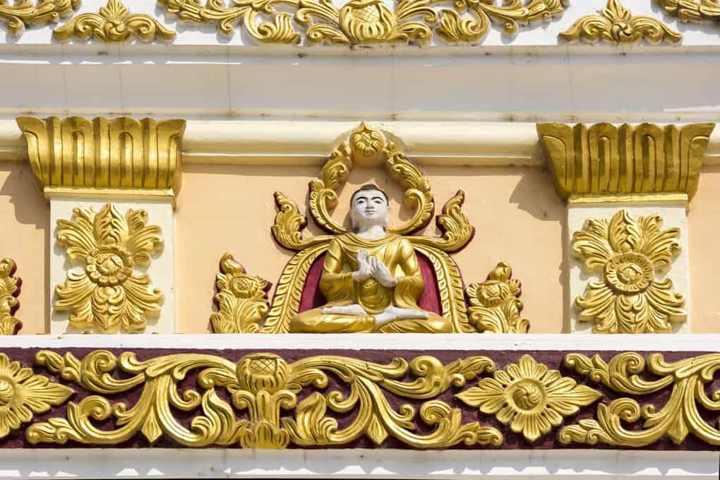 Feine Buddha-Abbildungen als Stuckornament