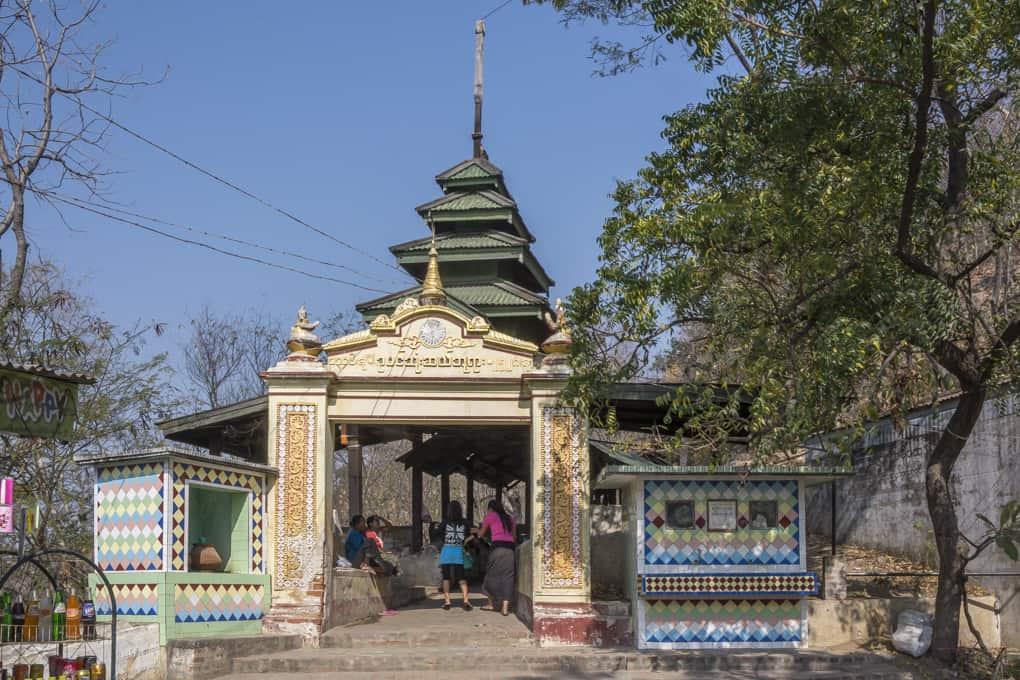 Aufgang zur U Min Thonze Pagode in Sagaing - Myanmar