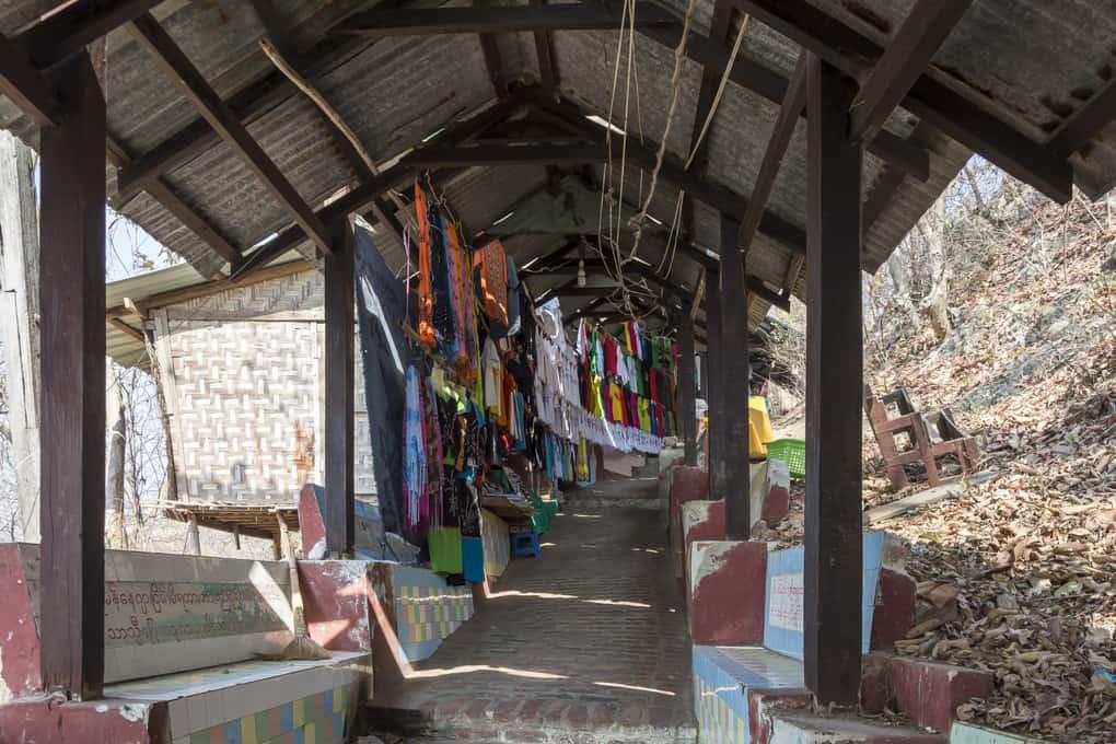 Verkaufsstände am Aufgang zur U Min Thonze Pagode