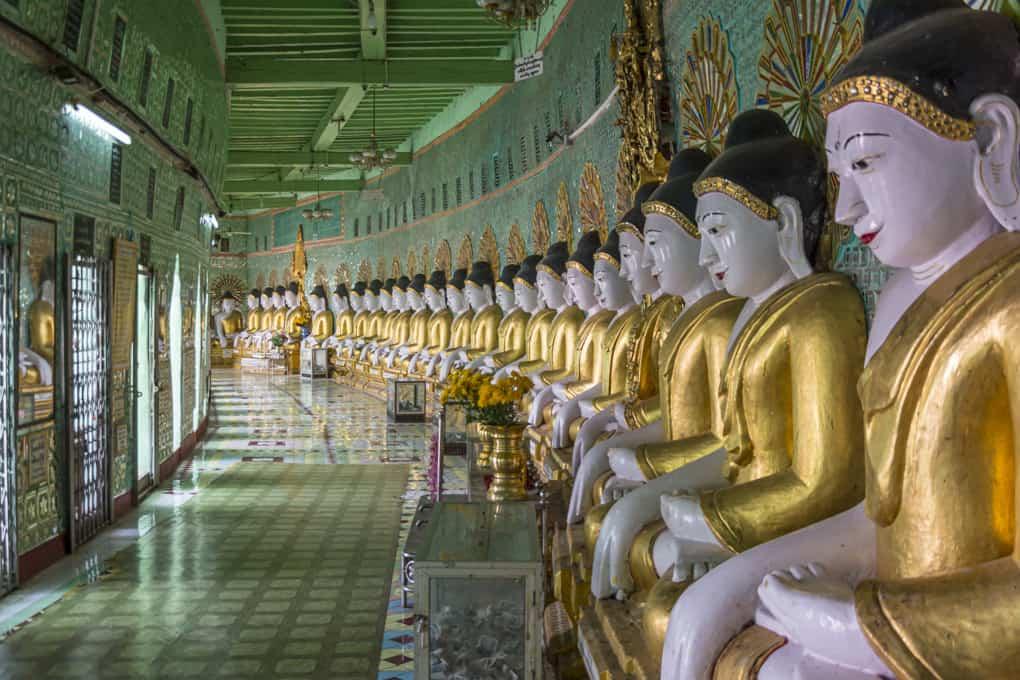 Reihe der Buddha-Figuren in der U Min Thonze Pagode in Sagaing