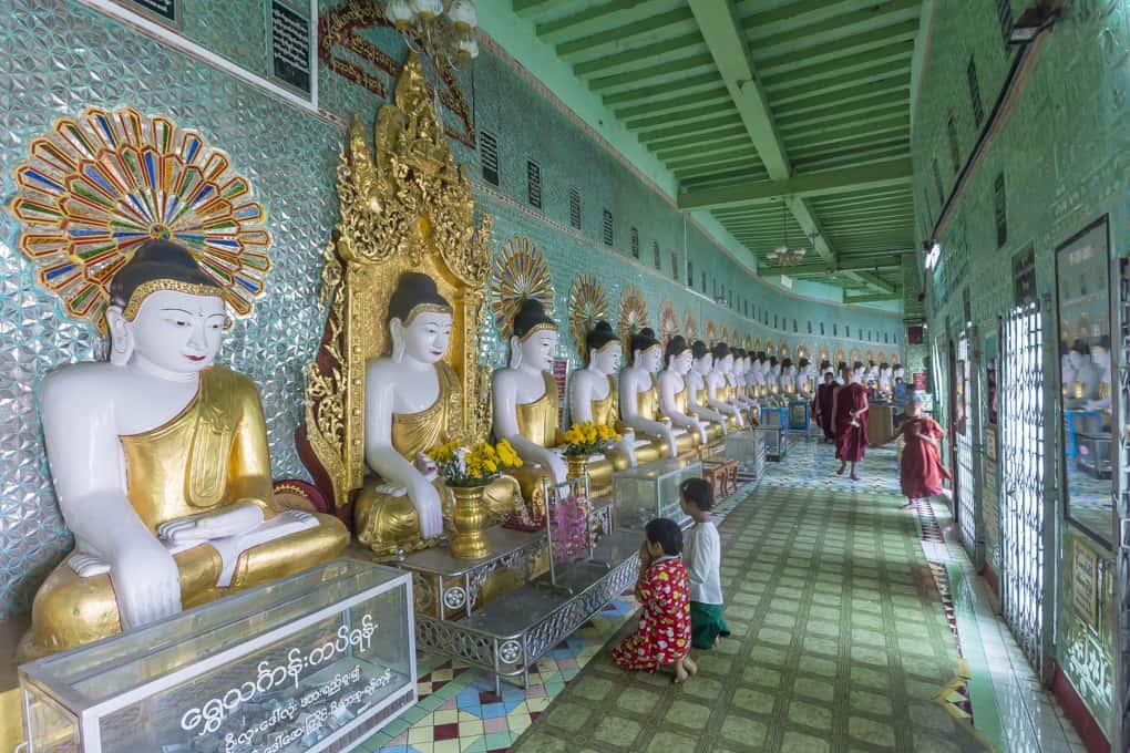 Betende Kinder und Mönche in der U Min Thonze Pagode in Sagaing - Myanmar