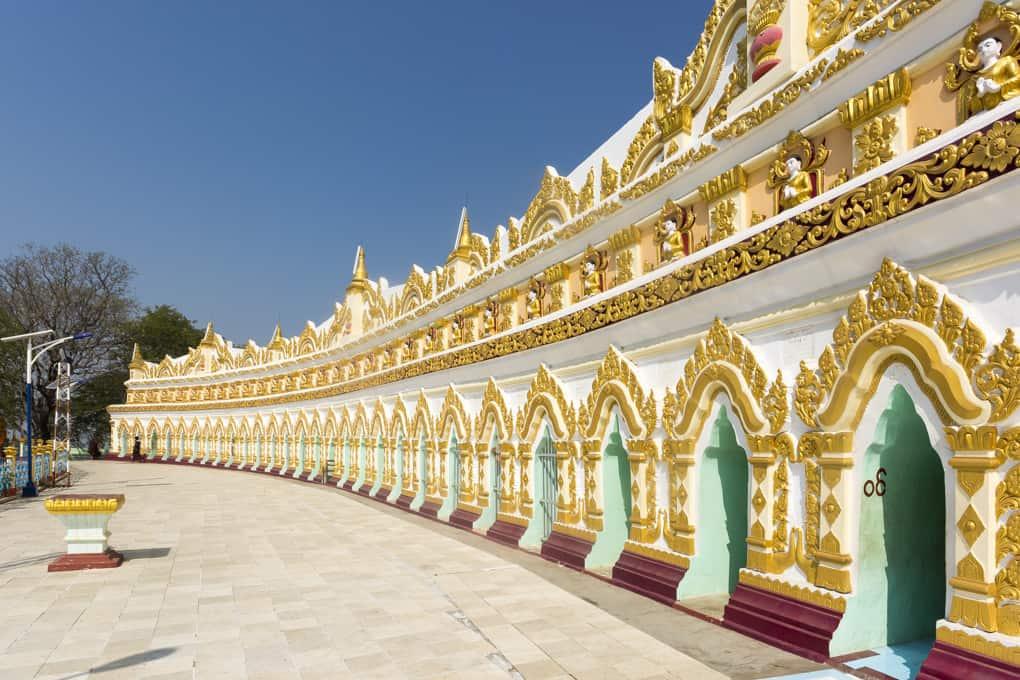 Das Halbrund mit den Eingängen zu den Buddha-Statuen