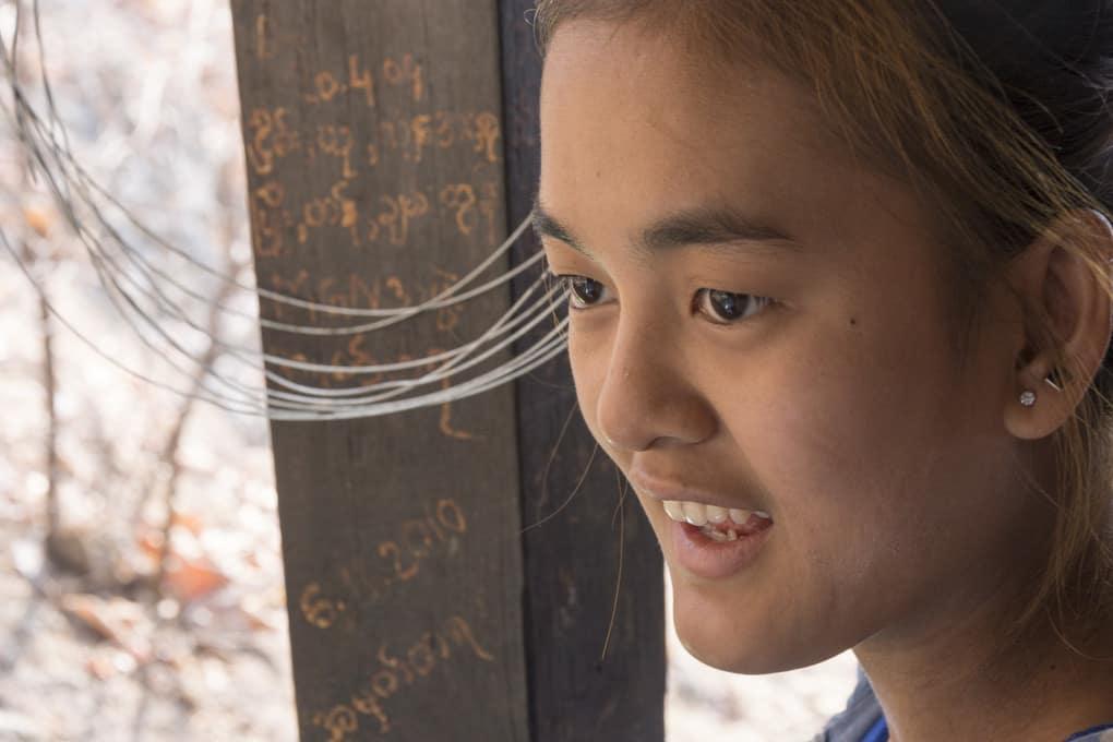 junge Burmesin an der U Min Thonze Pagode