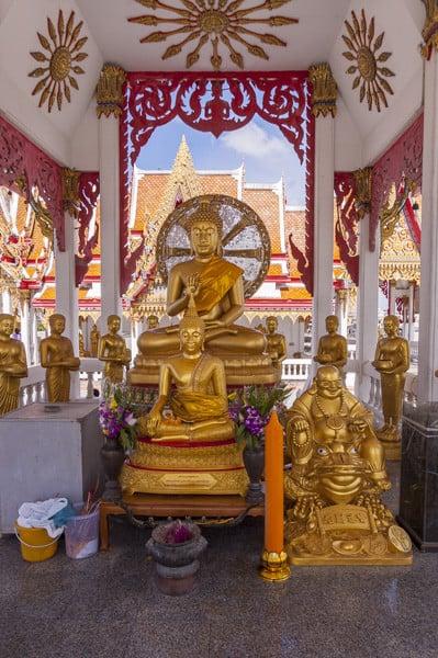 Buddha mit Vitarka Mudra und 8 Speichen Dharma-Rad