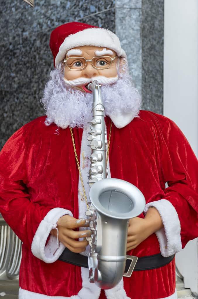 Weihnachtsmann mit Saxophon - Merry Christmas 2020 und happy new year