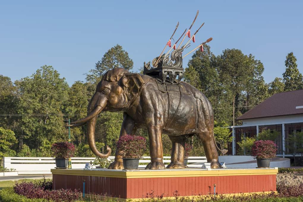 Siamesischer Kriegselefant als Bronze-Statue am Eingangsbereich