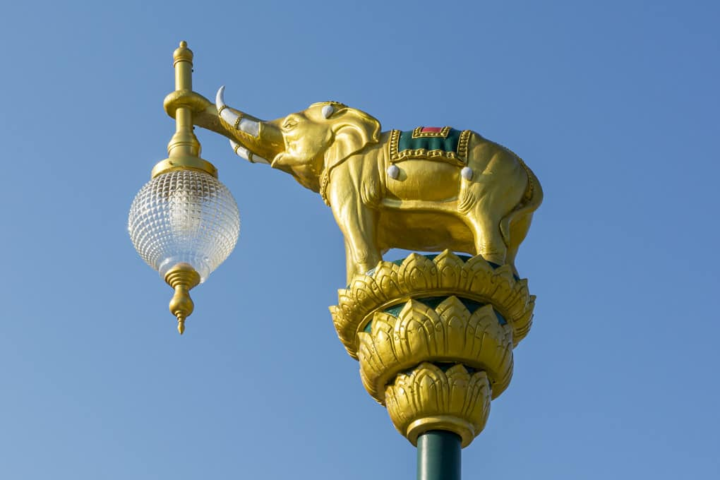 Lampenkopf einer Straßenbeleuchtung am Eingang des Elephant Conversations Center in Lampang