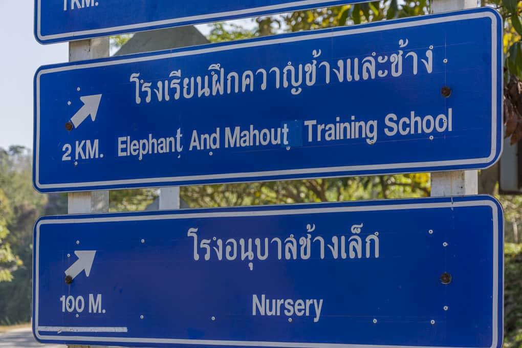 Hinweisschild zum Mahut Trainingscenter und zum Elefantenkindergarten