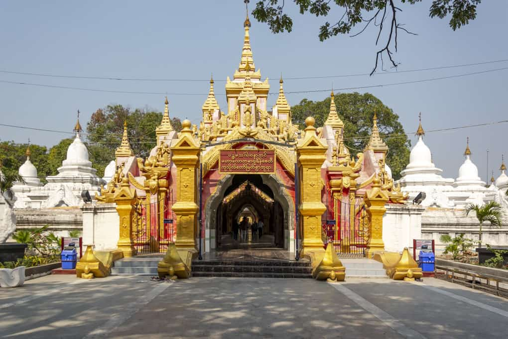 Eingang zur Kuthodaw-Pagode in Myanmar - grösste Buch der Welt - Mandalay - Myanmar