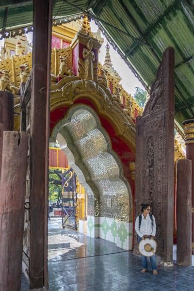 Massive Holztüren an dem Eingang zur Kuthodaw-Pagode in Myanmar