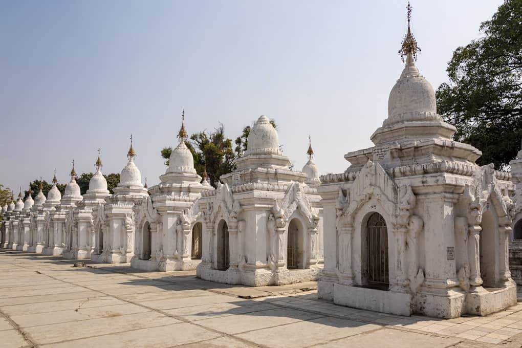 Stupas von denen jede eine Steintafel mit der Steininschrift enthält - das größte Buch der Welt - Mandalay