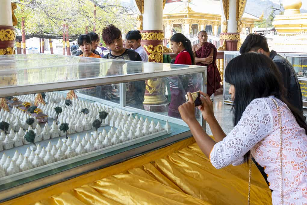 Model der Kuthodaw-Pagode mit interessierten Besuchern