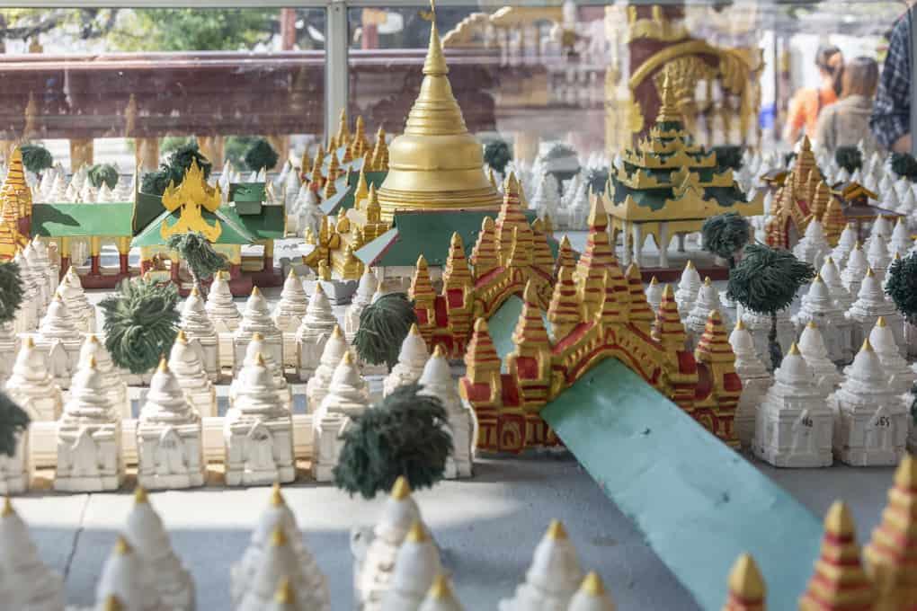 Feinheiten des Models zeigen den Wandelgang und die einzelnen Gebäude der Kuthodaw-Pagode