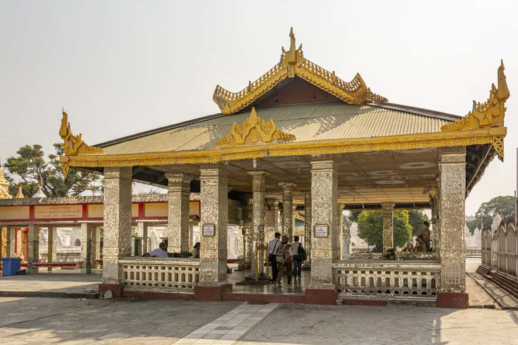 Viharn auf dem Gelände der Kuthodaw-Pagode in Mandalay