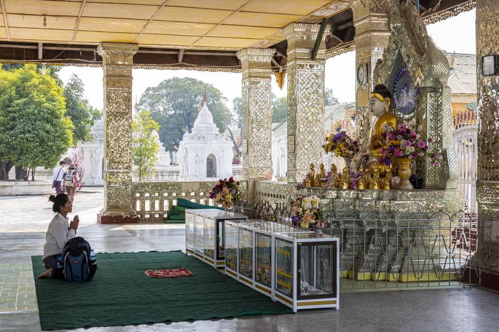 Gläubige Buddhistin beim Gebet in der Kuthodaw-Pagode in Mandalay