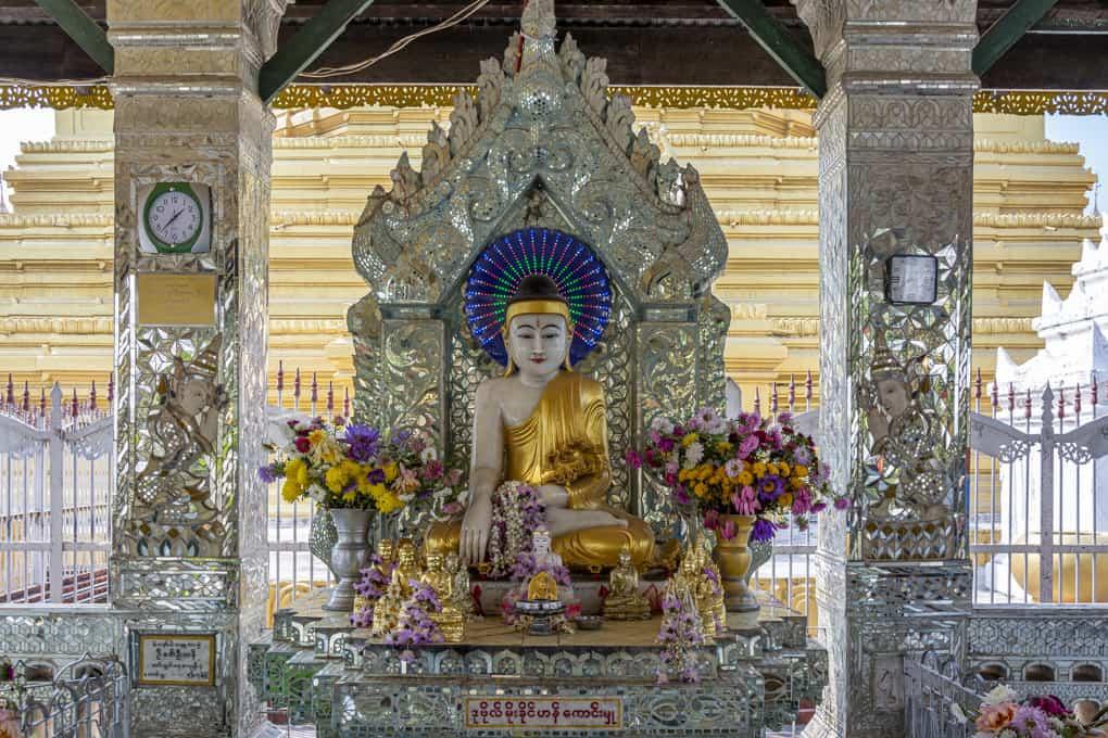 Buddha-Statue in einem Viharn in der Maha Lawka Marazein-Pagode in Mandalay - Myanmar