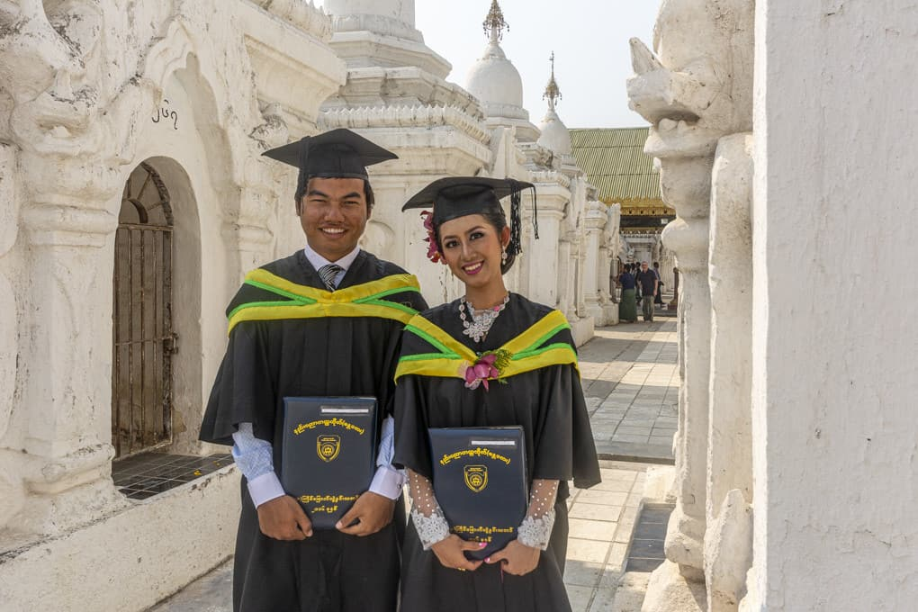 Sie bedanken sich bei Buddha für den erfolgreichen Abschluss der Universität