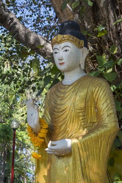 Buddha-Statue in der Ermutigungsgeste im Wat Ta Kanoi Burma dem heutigen Wat Si Rong Mueang