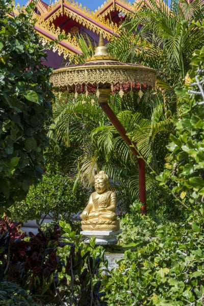 Buddha-Figur auf dem Aussengelaende von Wat Si Rong Mueang - Lampang
