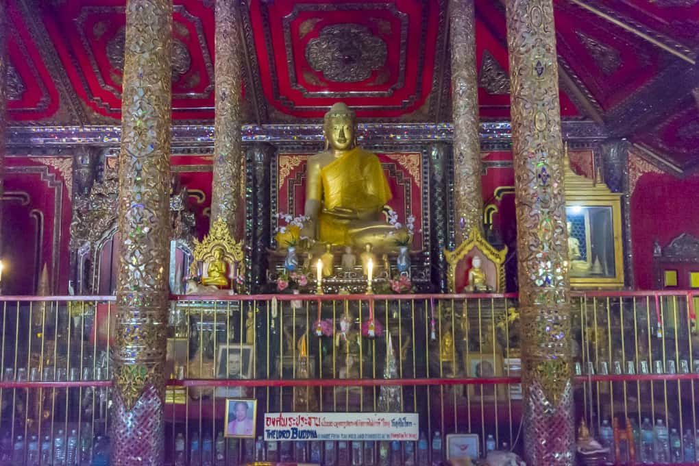zentrale Buddha-Statue im Wat Si Rong Mueang