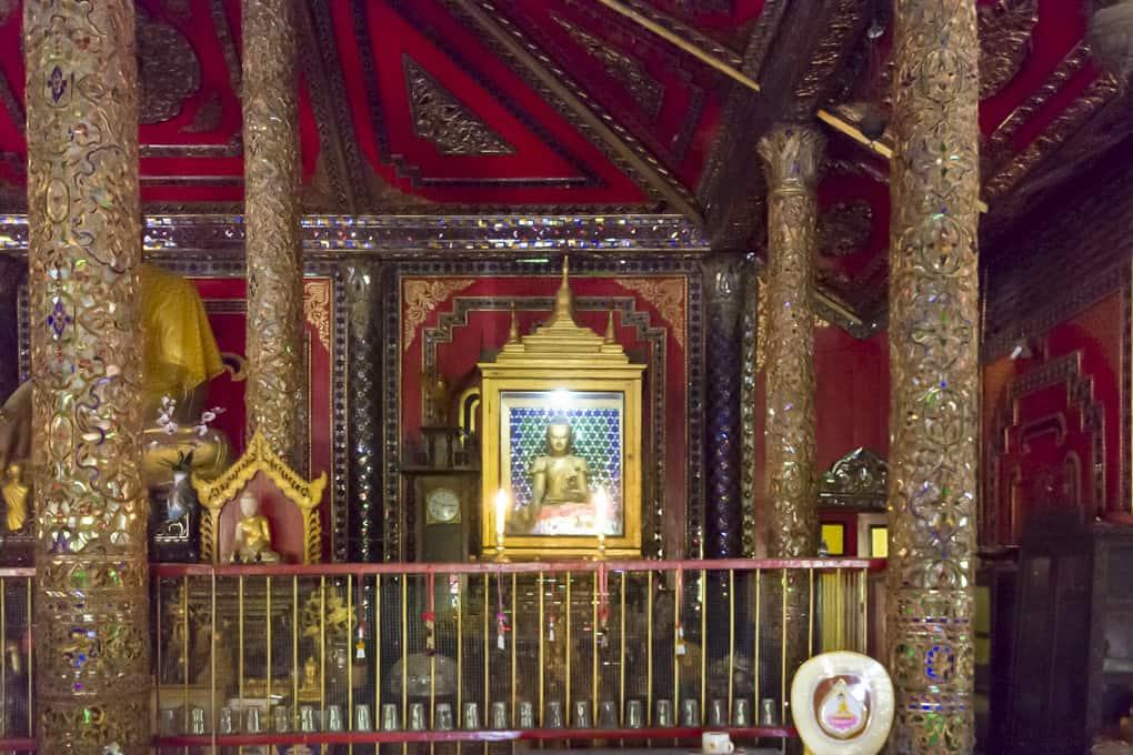 Die ganz rechte Buddha-Statue im Wat Si Rong Mueang - Lampang