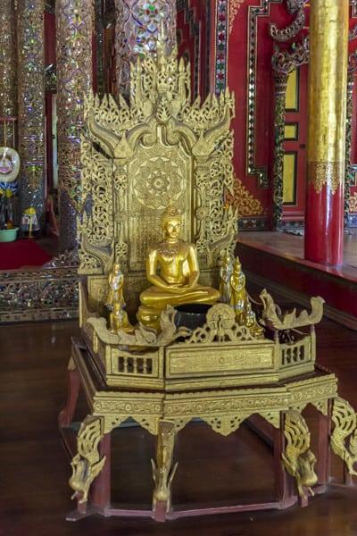 Sitzplatz eines hochrangigen Moenches im Wat Ta Kanoi Burma