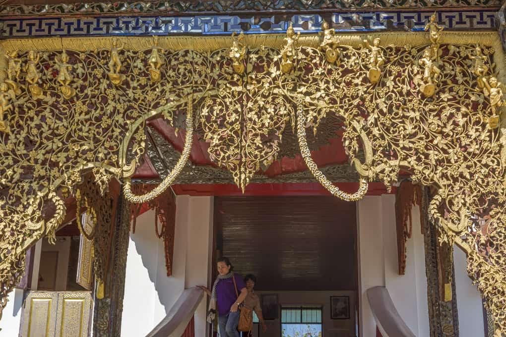 Geschnitzter Torbogen vom Wat Sri Chum in Lampang