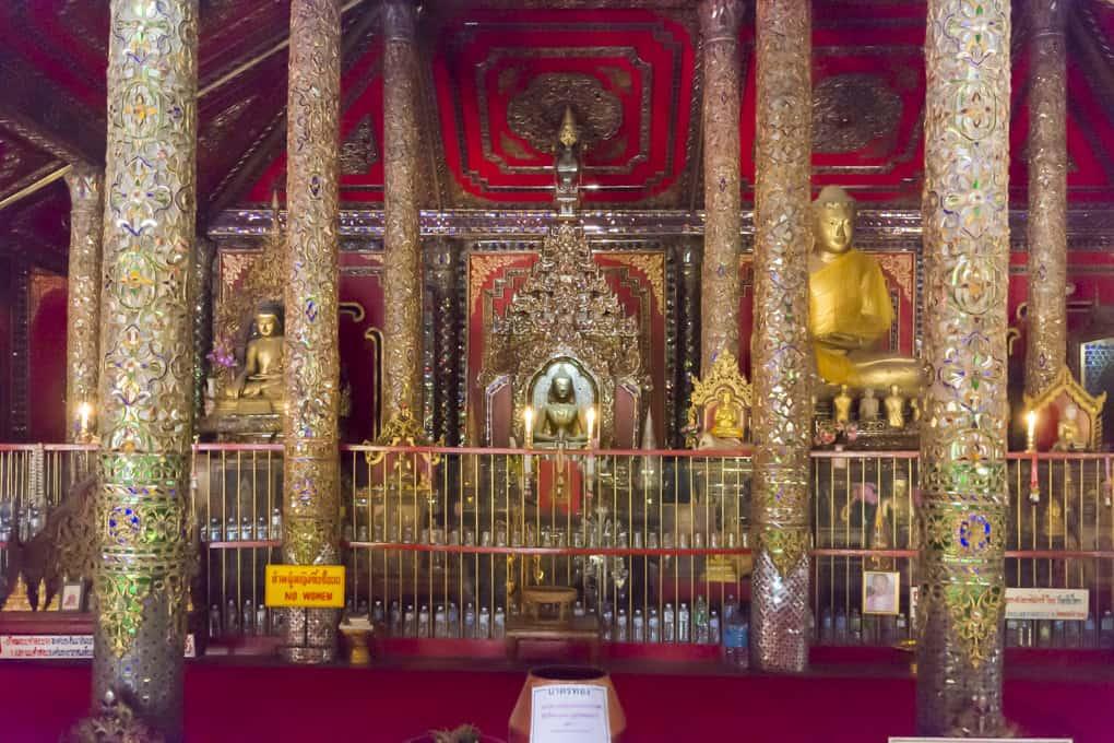 Drei Buddha-Statuen im historischen Wat Ta Kanoi Burma - Lampang
