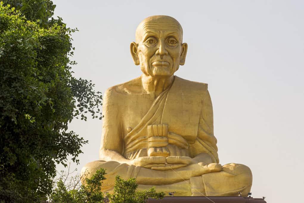 gütige Gesichtszüge des ehrwürdigen Mönches Luang Por Tuad