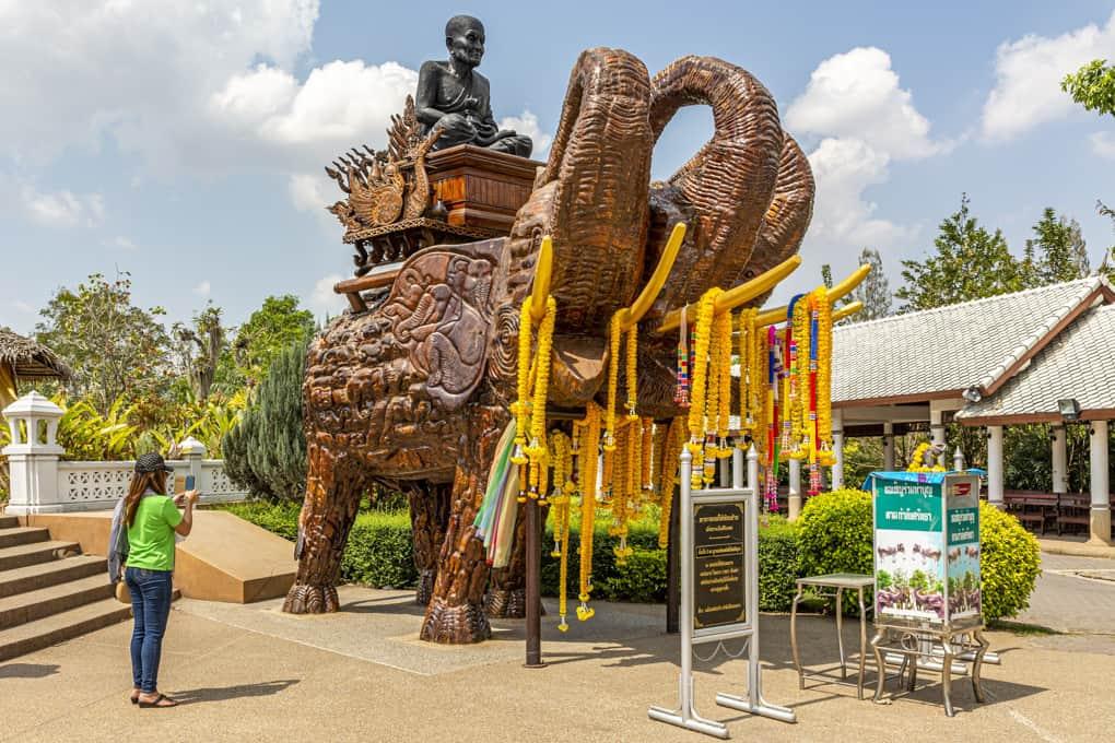 Elefantenstatue aus Holz mit dem ehrwürdigen Mönch Luang Pu Thuat in Hua Hin - Prachuap Khiri Khan