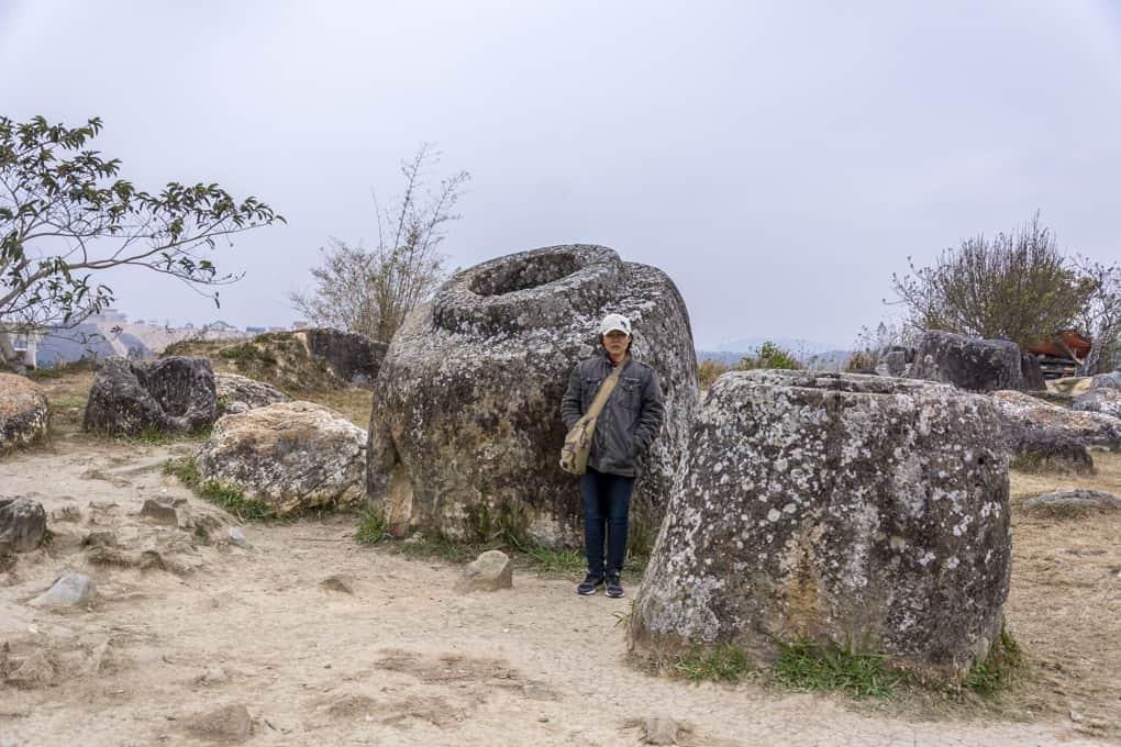 Steinkrug mit aufgesetzter Wulst im Größenvergleich zu einer Thailänderin