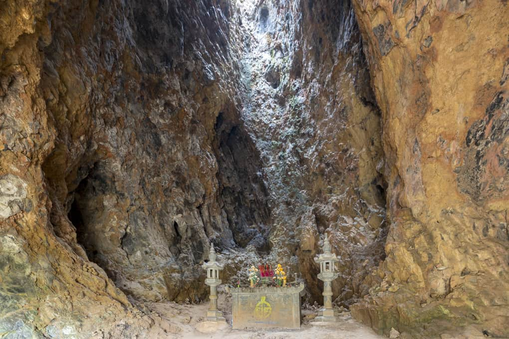 Altar in der Höhle und der Lichteinfall durch die Abzugsöffnungen
