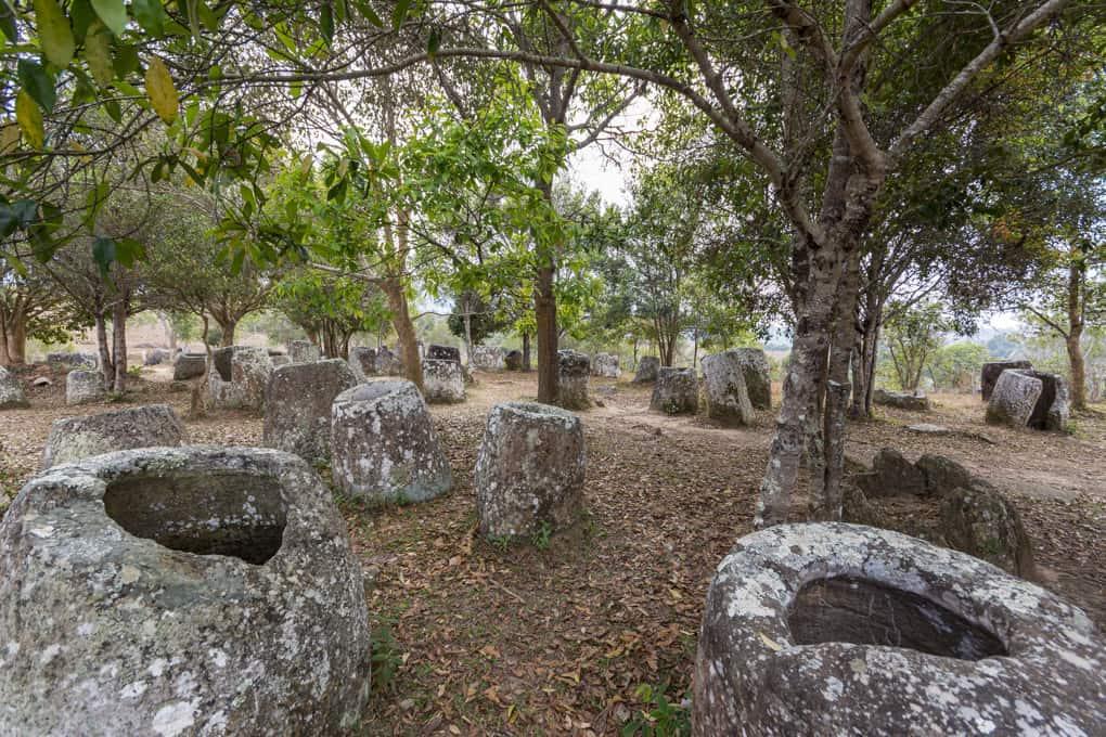 Steinkrüge mit glatten und ebenen Rand