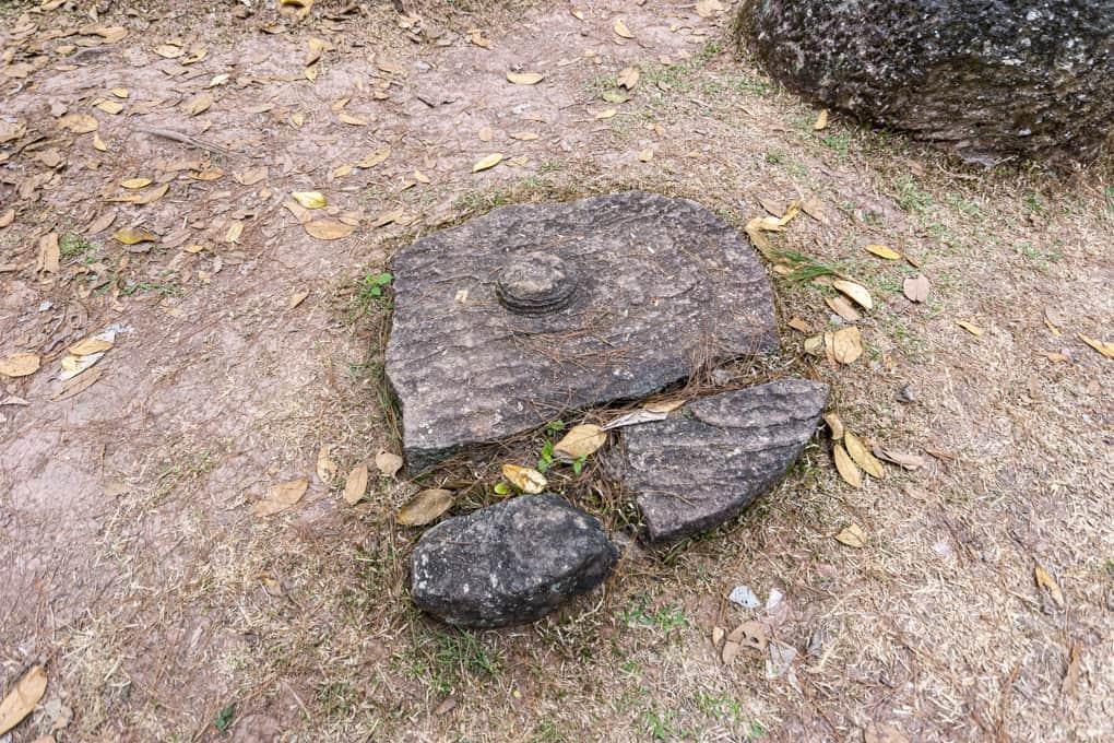 zerbrochener Deckel der Grabstelle oder Deckel für einen Krug auf der Ebene der Tonkrüge