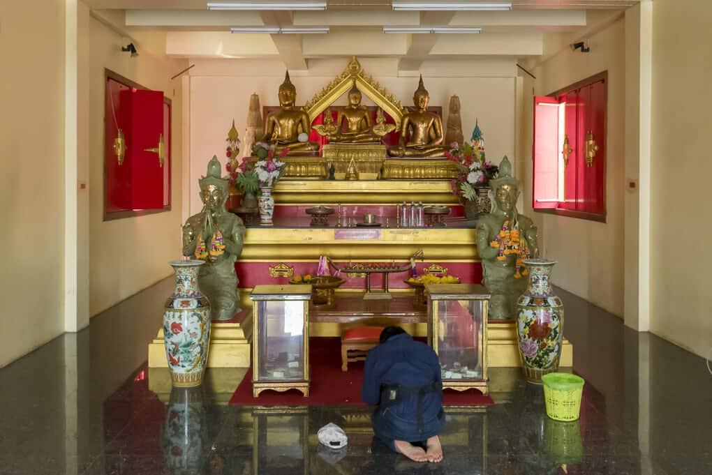 Buddha-Figuren im Wat Si Maha Pho Figurengruppe 1
