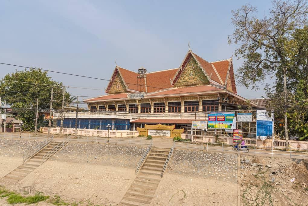 Wat Si Maha Pho von aussen betrachtet