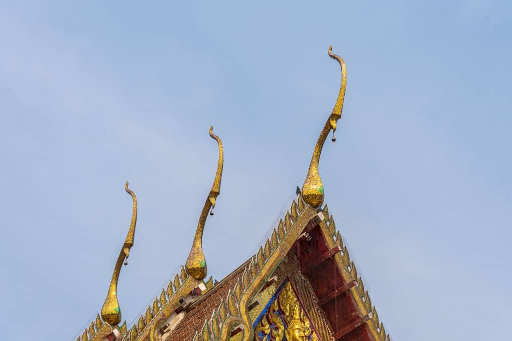 Chofa am Dach des Bot im Wat Si Maha Pho