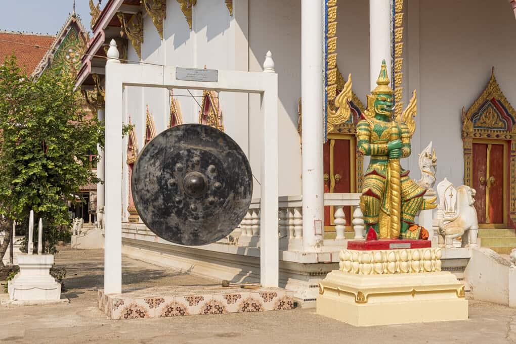 Gong und Yaksha am Bot von Wat Si Maha Pho