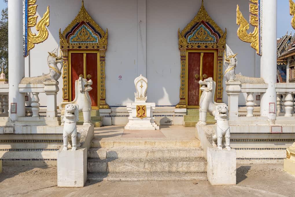 Eingang mit Botstein und Figurenstatuen