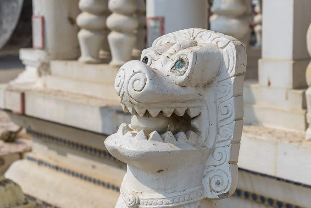 Figur am Treppenaufgang des Tempels