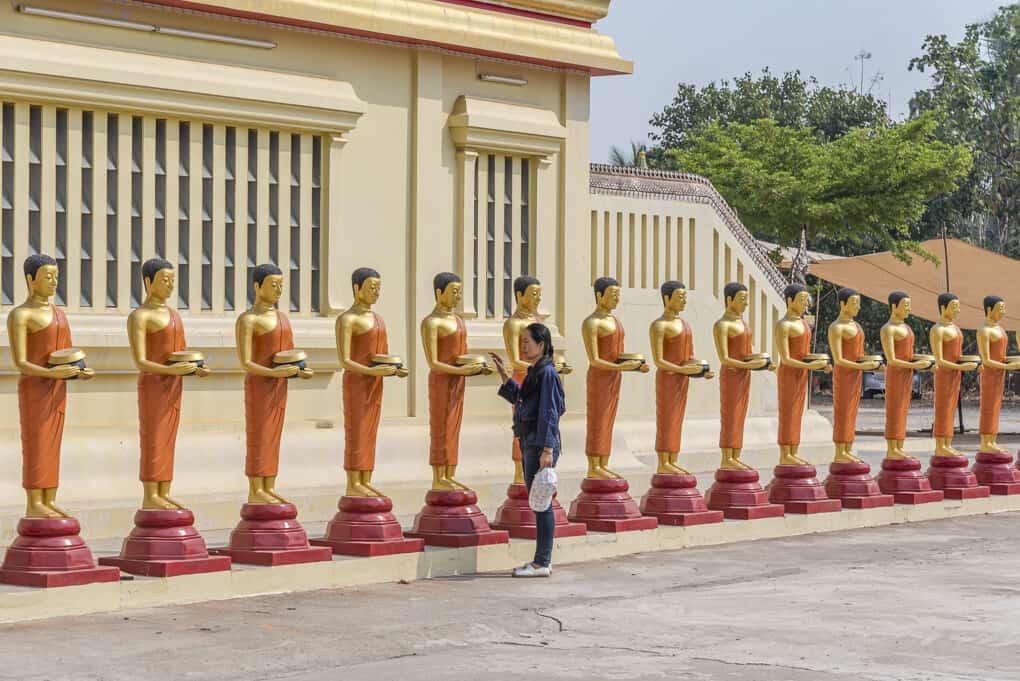 Buddha-Statuen am Chedi Wat Si Maha Pho