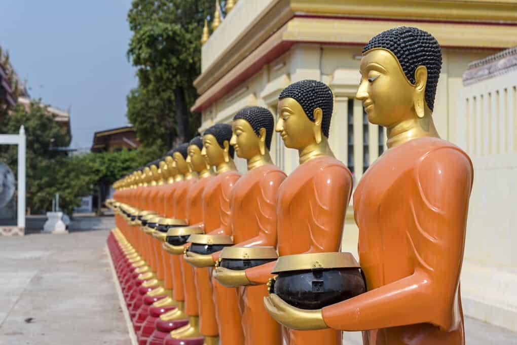 Buddha-Statuen mit Almosenschalen